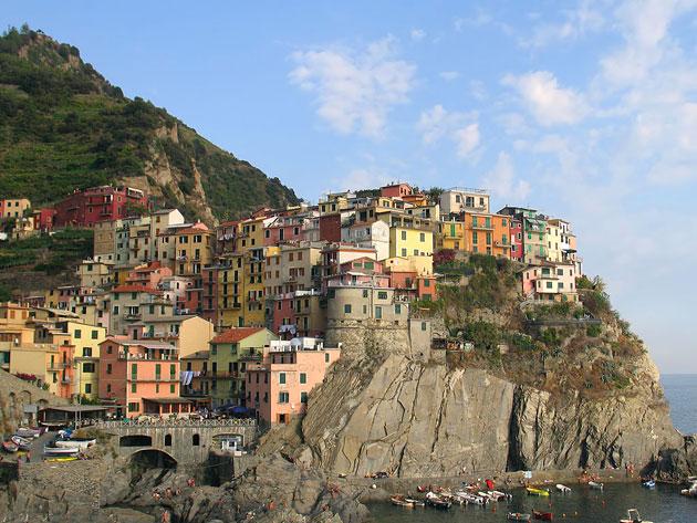Италия. Домики на скале у моря.