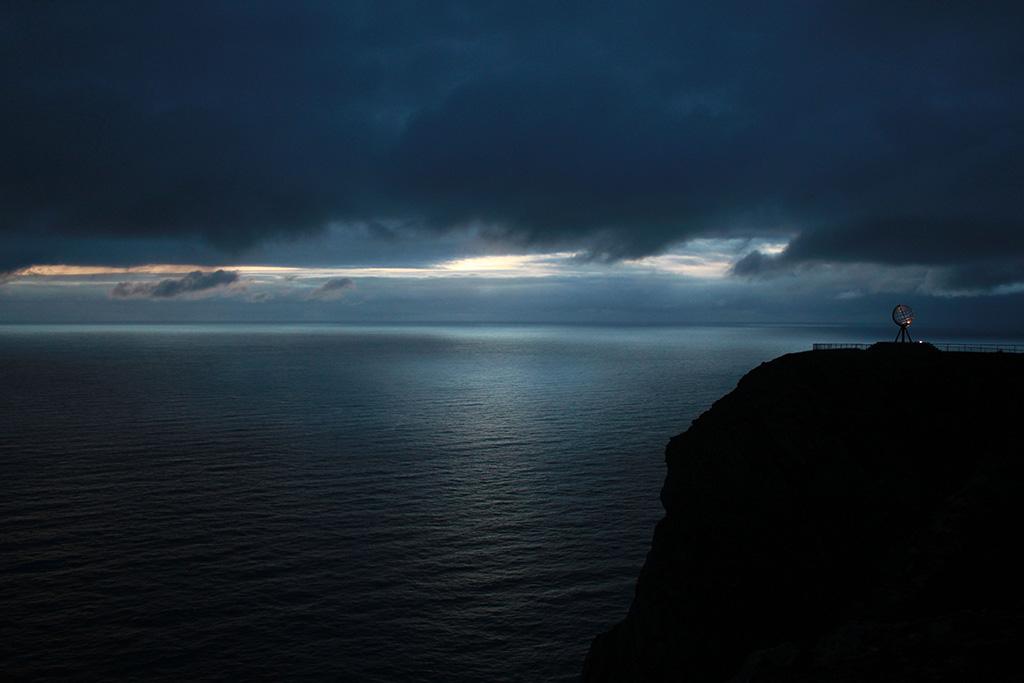 Ночное море и скала. Нордкап, Норвегия.