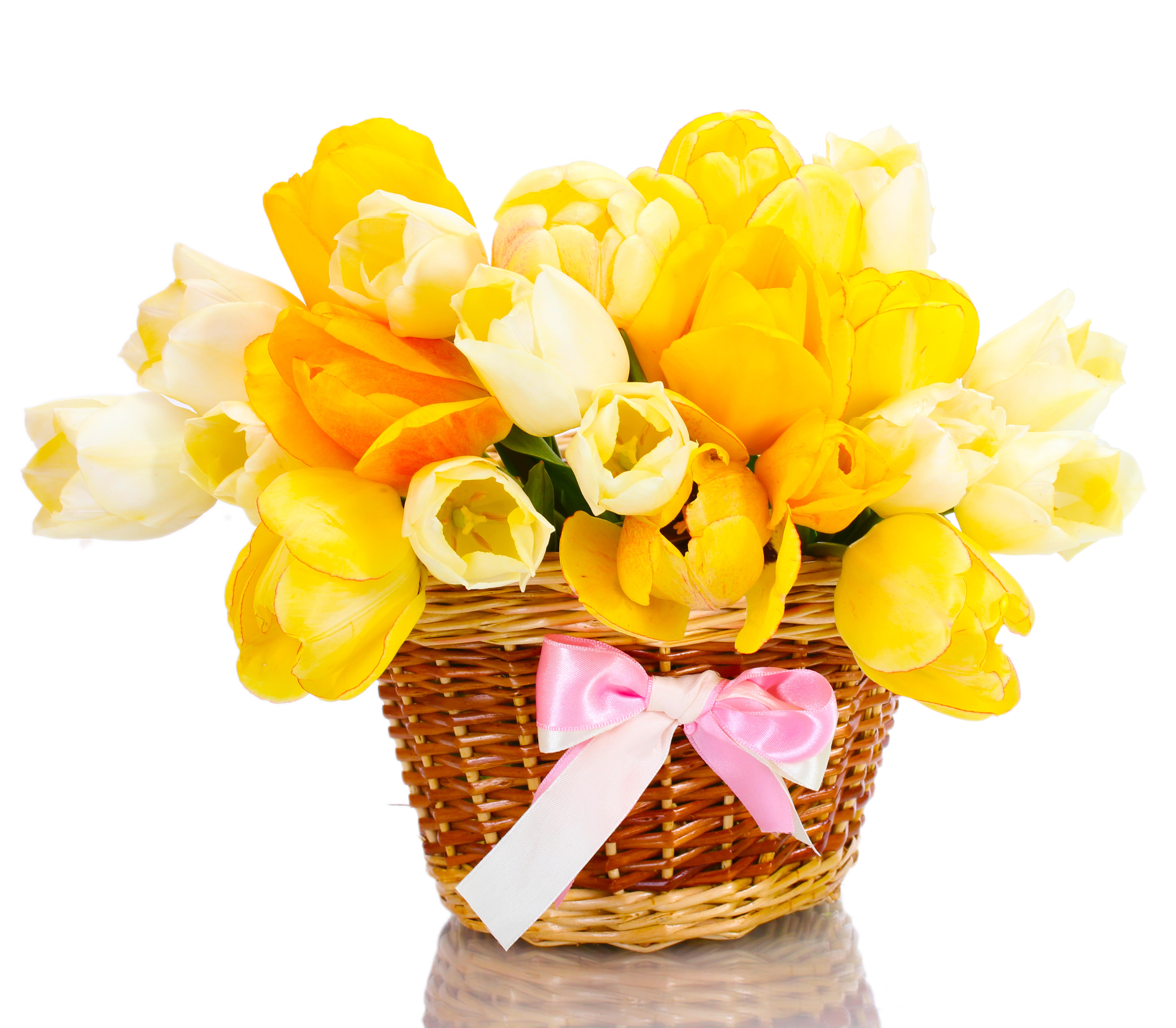 букет тюльпанов в корзине