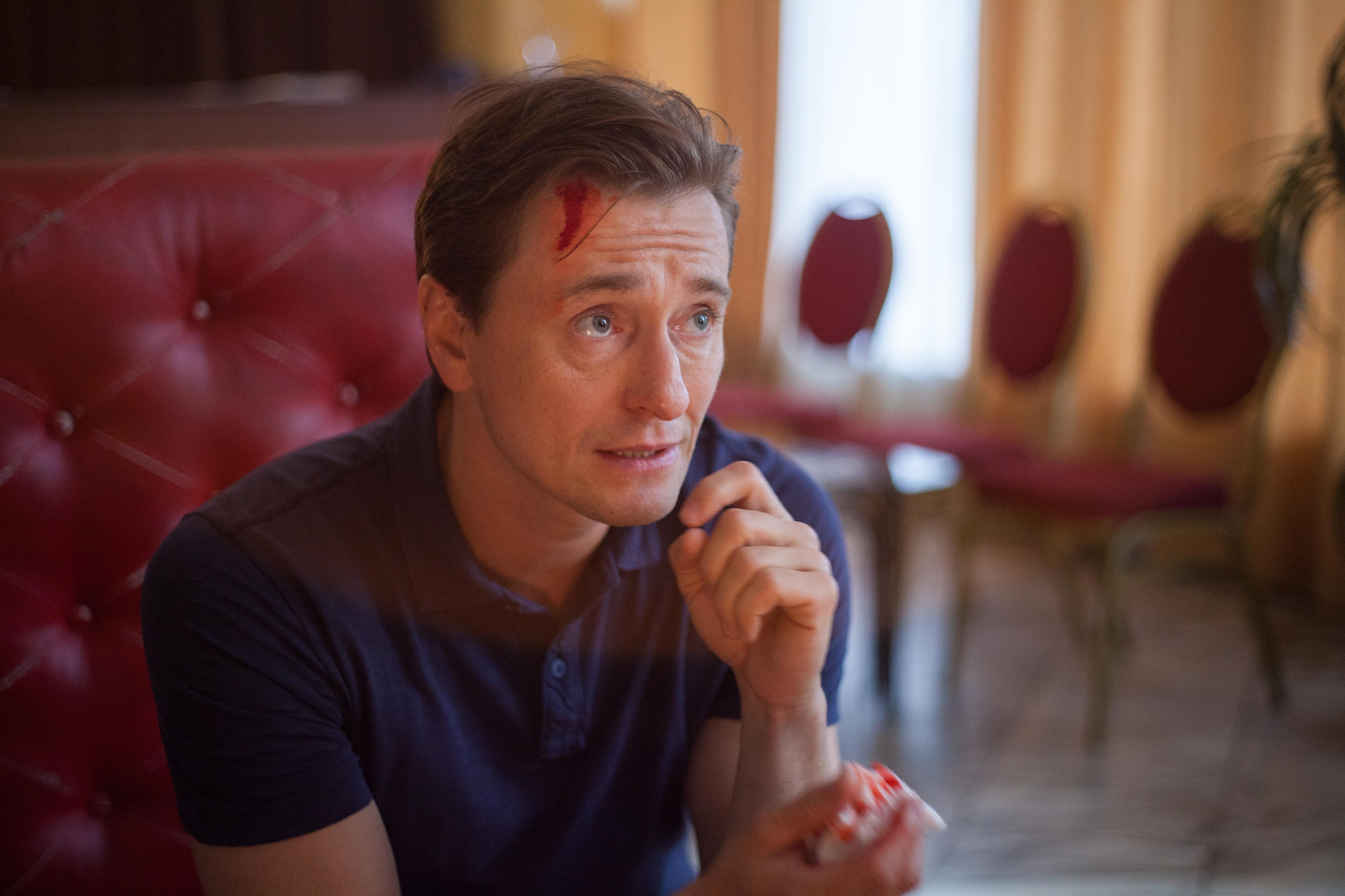 Фото актера Безрукова Сергея с кровью (грим) на лбу с высоким разрешением