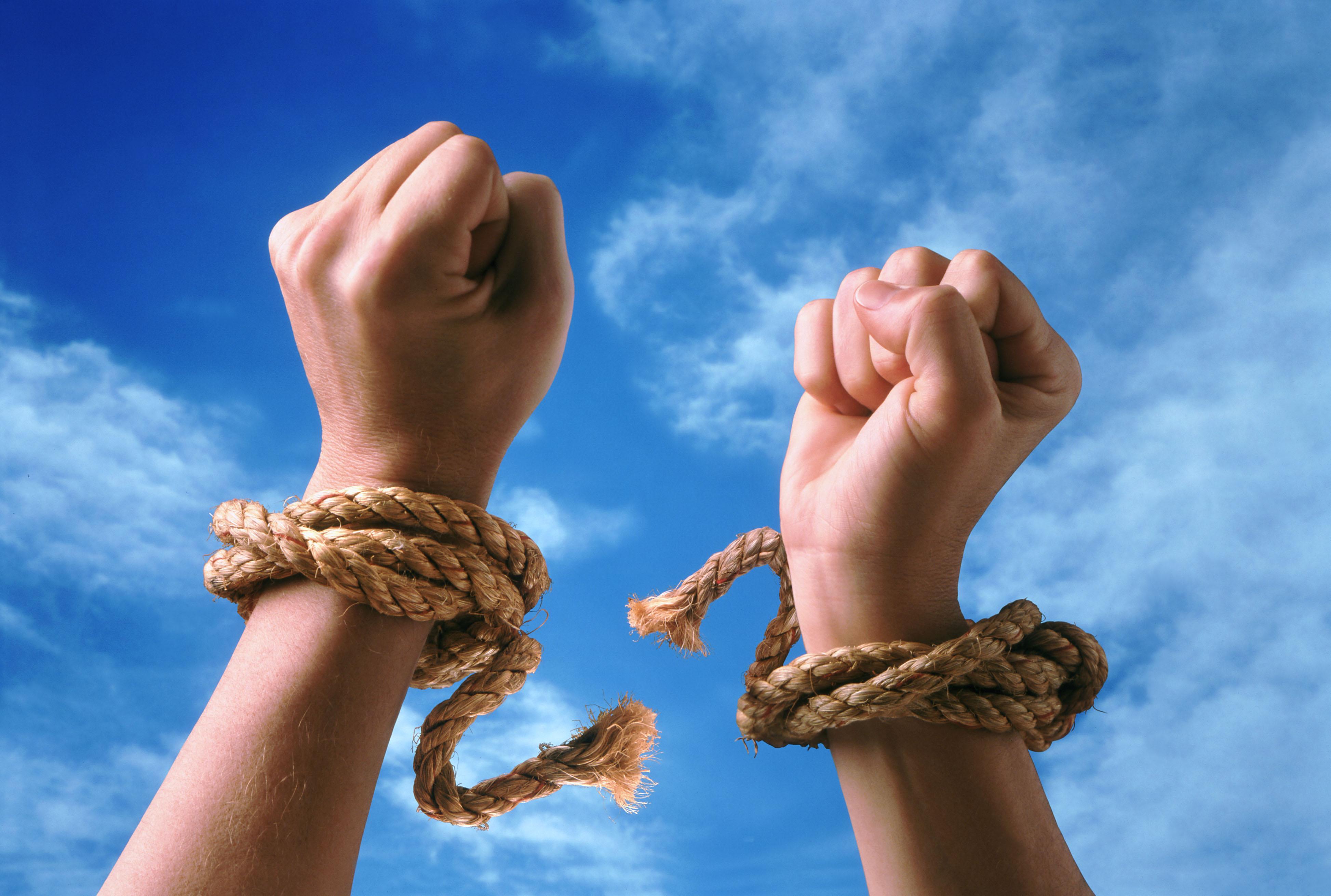 Фото символизирующее слова: свобода, разрывание пут (веревки)