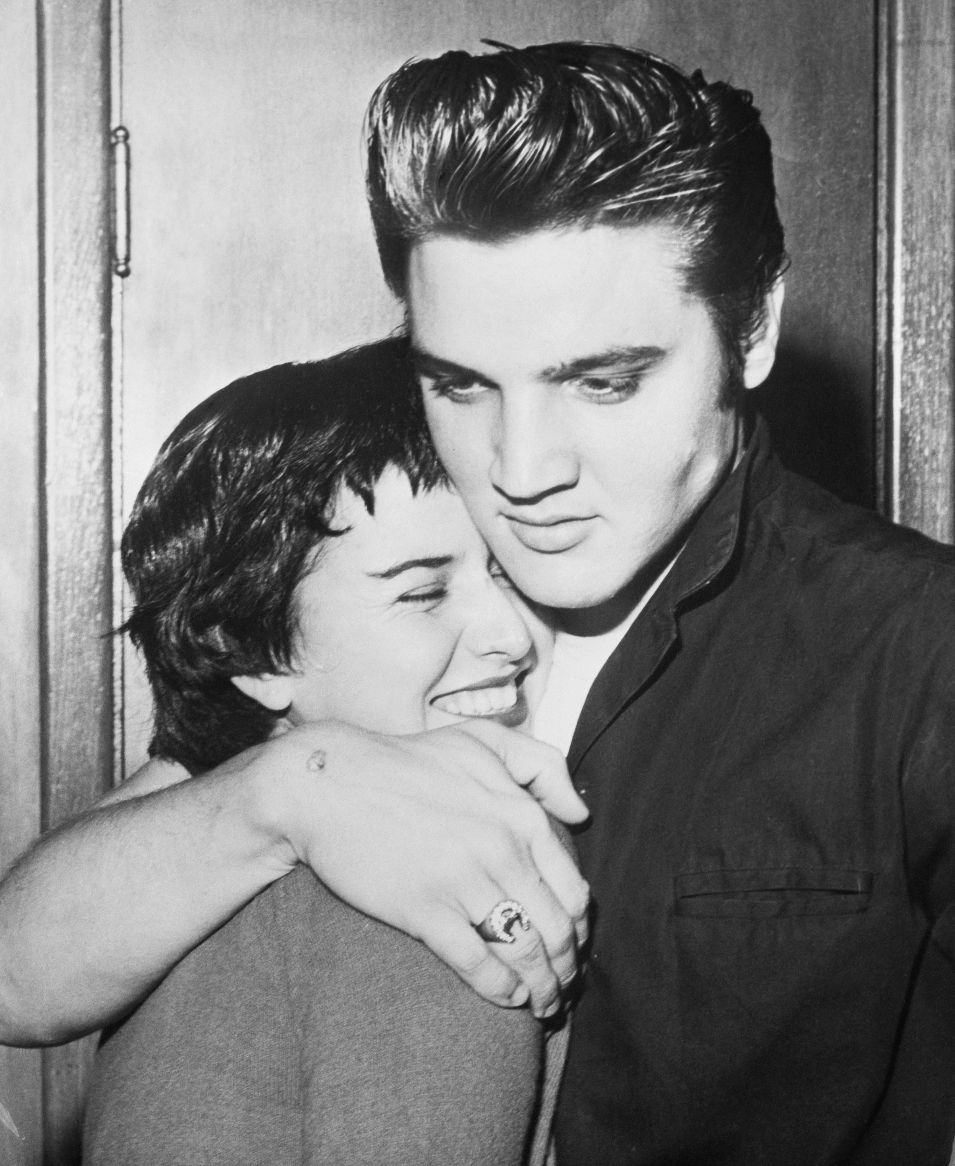 Элвис Пресли обнимает June Janico - фото с большим разрешением